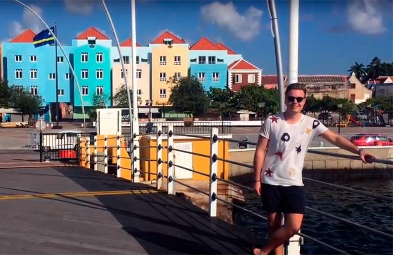 Bruce loopt stage op Curacao